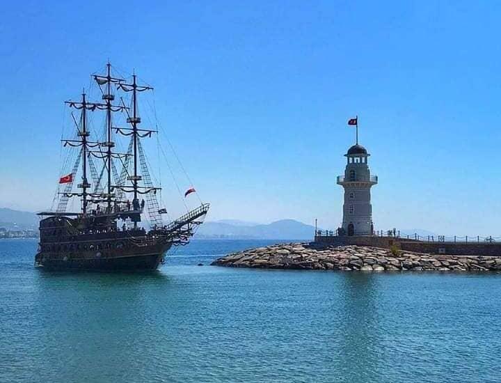 Пиратская яхта и маяк Алании