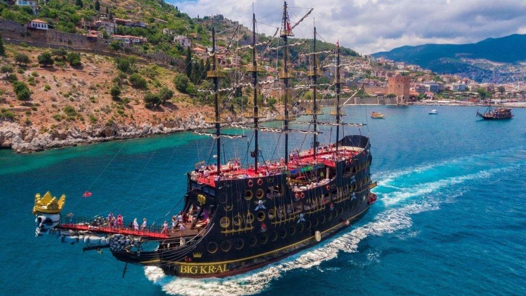 Пиратская яхта в Алании