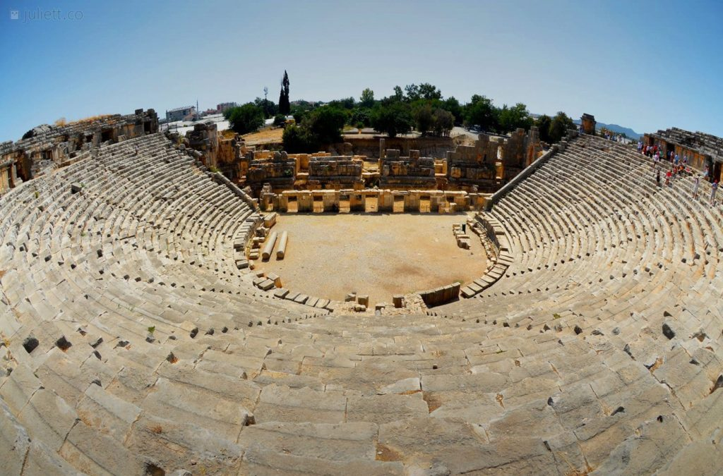 Античный амфитеатр Мира