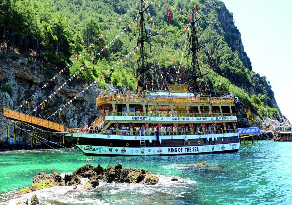 Морская прогулка на пиратской яхте